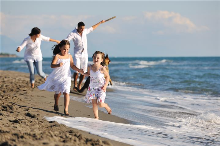Family-in-white-on-beach